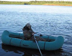 проткнул лодку крючком