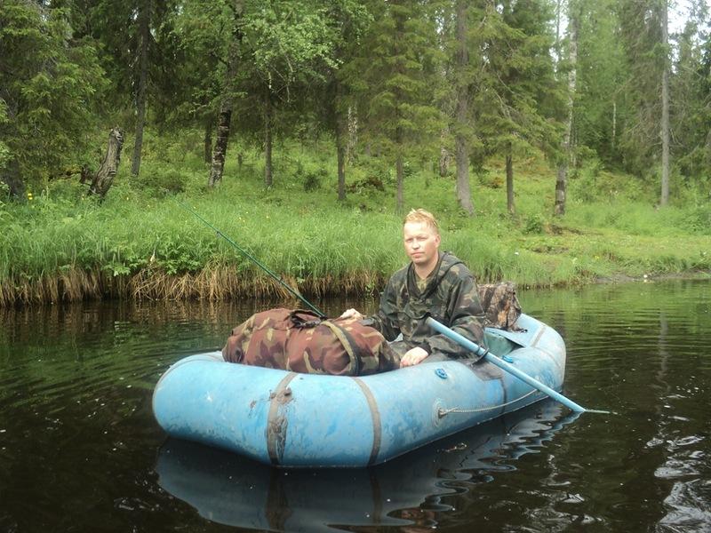 спуск по воде на резиновой лодке